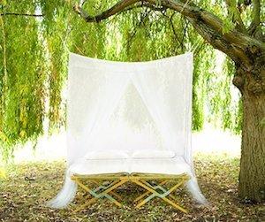 une grande moustiquaire de lit pour dormir sereinement travel earth. Black Bedroom Furniture Sets. Home Design Ideas